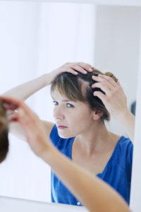 Diffuser Haarausfall kann durch den sogenannten Zupftest festgestellt werden.